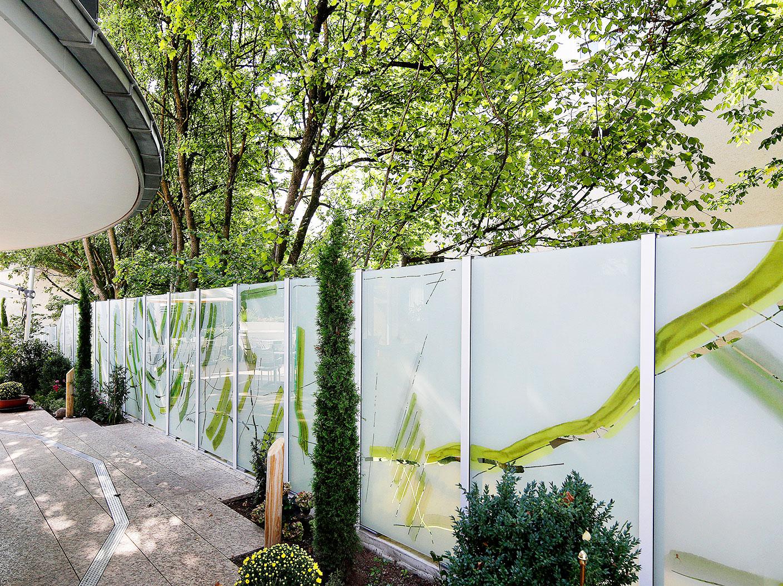 Gartenzaun aus Glas bedruckt mit grünem abstraktem Muster