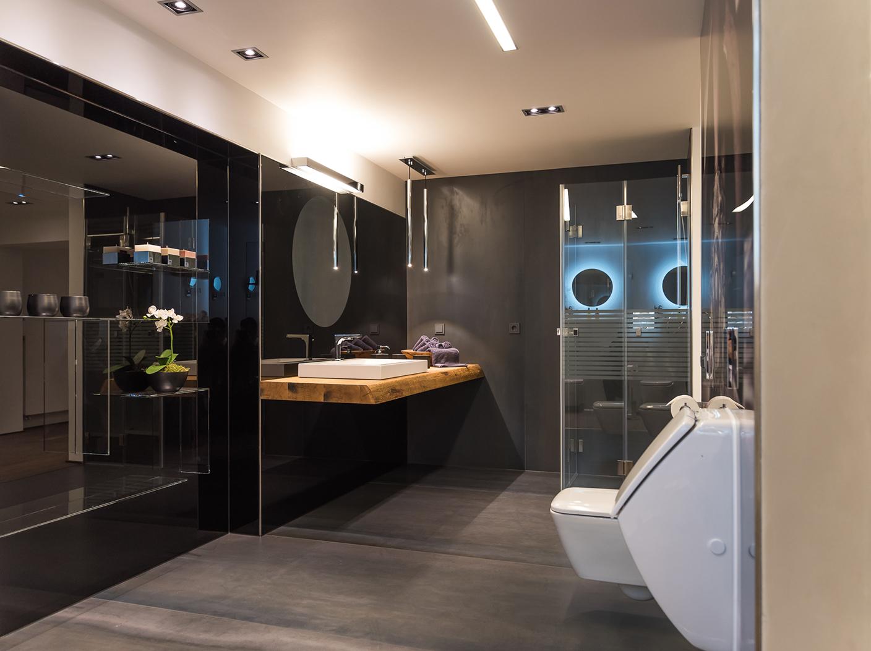 Modernes Badezimmer mit Glasdusche, Spiegel und Regalen aus Glas